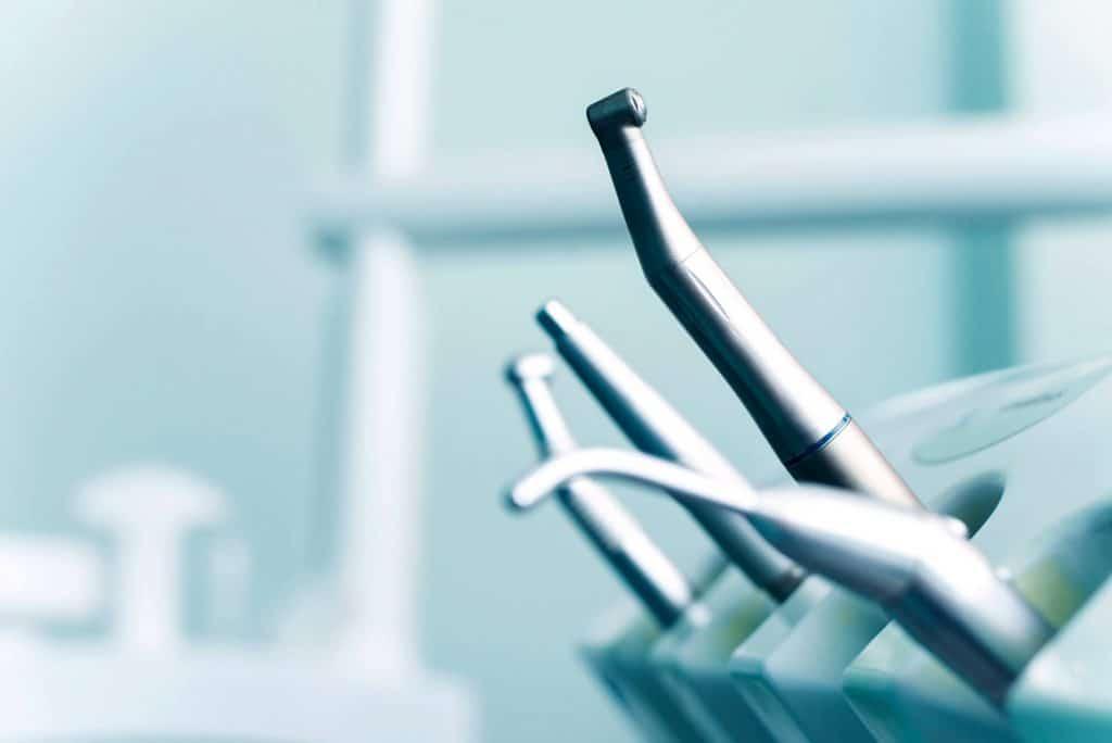 Czym zajmuje sie periodontolog?